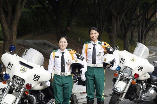 기동순찰을 마치고 헌병 모터사이클 앞에선 육군 최초 '여군 MC 승무원' 김유경 중위(오른쪽), 장수아 중사(왼쪽)