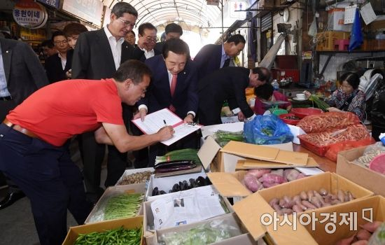 [포토] 최저임금 개혁 서명운동하는 자유한국당