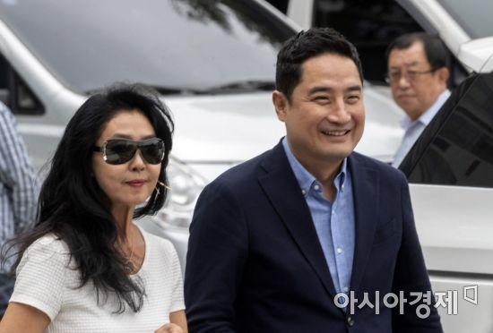 """김부선·강용석, '이재명 스캔들' 경찰 출석…""""적폐 밝히는데 진보·보수 따로 있나"""""""