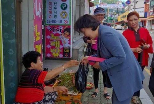 김정숙 여사, 추석 전 양산 재래시장 찾아…채소·과일 구입
