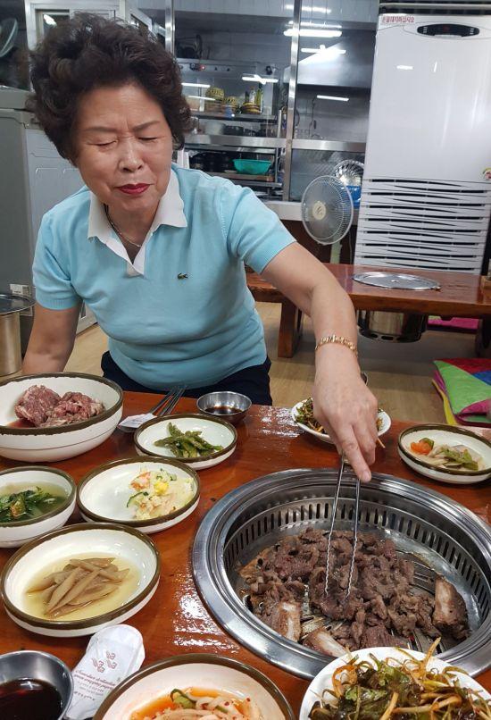 """[한국의 백년가게]""""도자기 빚고, 담금질 하듯"""" 소갈비 47년 외길 '마산 화성갈비'"""
