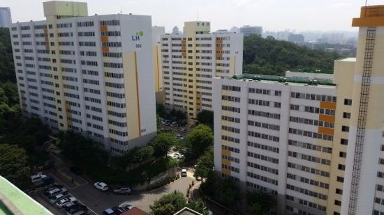 [2018 국감] 집 있고 벤츠 타는데…'월세 5만원' LH 영구임대아파트 거주(종합)