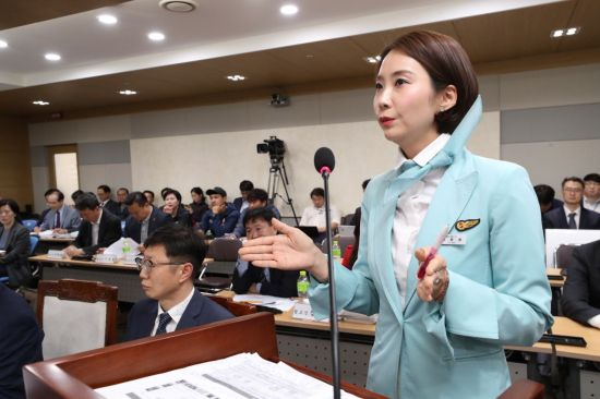 """""""항공사 승무원 유니폼, 기내업무와 안 맞아…부인과 질환까지"""""""