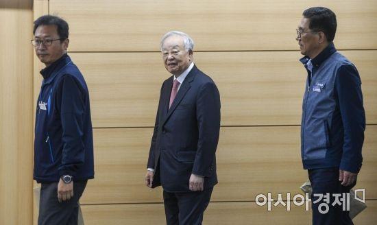 [포토] 회의실로 들어서는 김명환-손경식-김주영