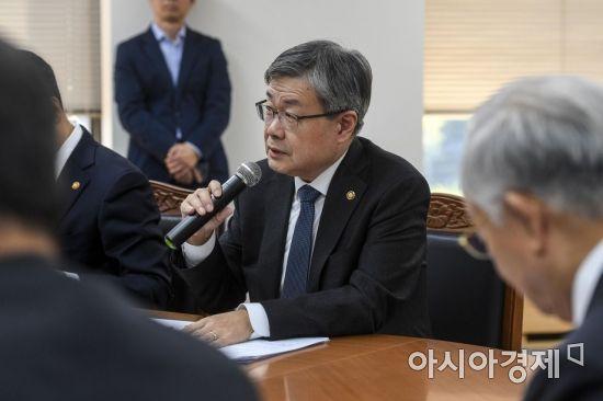 [포토] 노사정 회의 참석한 이재갑 장관