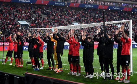 [포토] 축구대표팀, '팬들에게도 박수를'