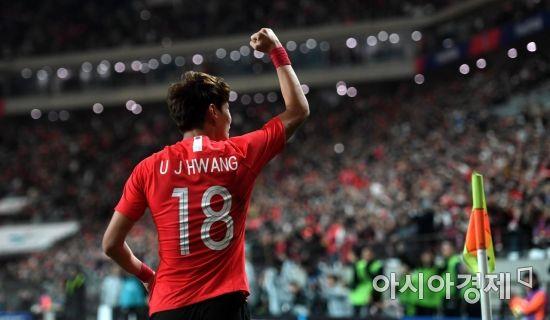 [포토] 황의조, '환호하는 팬들 향해 주먹 불끈'