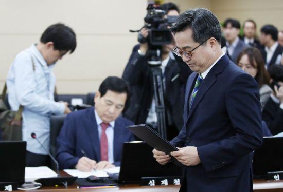 """심재철, 김동연과 '2라운드'…""""소주성장 성공했나"""" 속사포 질문"""
