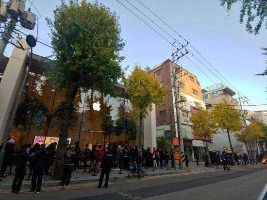 아이폰 출시…'초고가'에도 애플스토어 수백명 운집