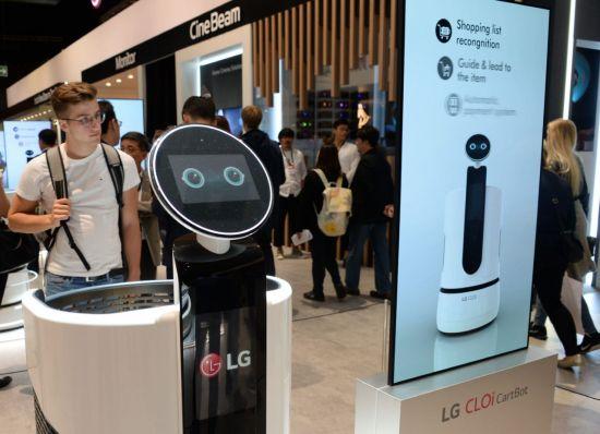 """""""보고서 써주는 로봇으로 월3000시간 단순업무 줄여""""...LG, 'AI 빅데이터 데이' 개최"""