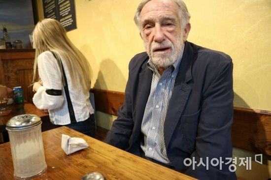 """지하철역 구석 전전하는 노인 홈리스…""""노후 그리는 건 사치"""""""