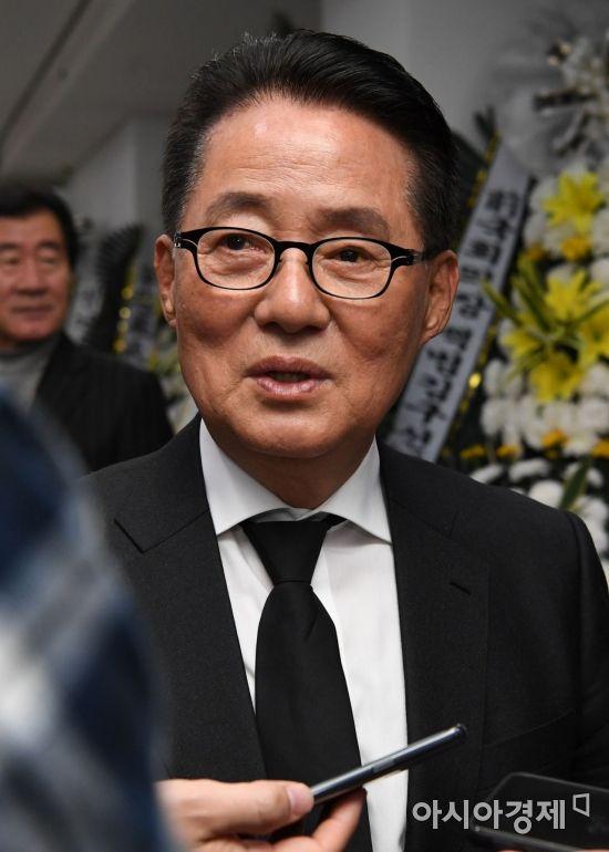 취재진 질문에 답하는 박지원