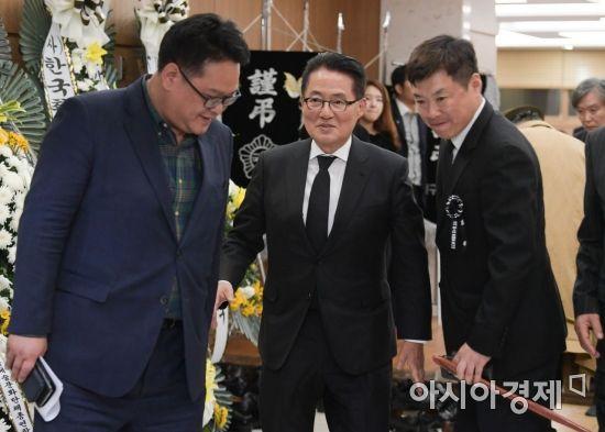 빈소 나서는 박지원