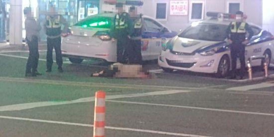 """[단독]""""내 몸에 손대지마""""…경찰 4명 '만취 여성' 대응 논란"""