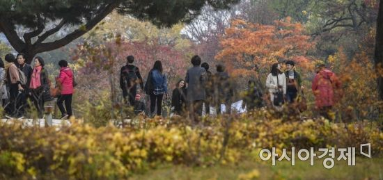[포토] 깊어가는 가을 창덕궁 찾은 시민들
