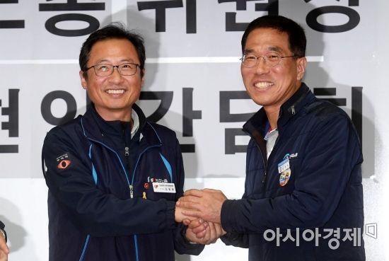 [포토] 두 손 맞잡은 양대노총 위원장