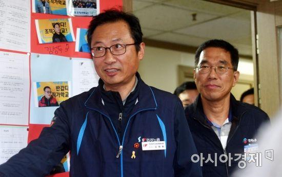 [포토] 양대노총 간담회장으로 들어서는 김명환-김주영 위원장