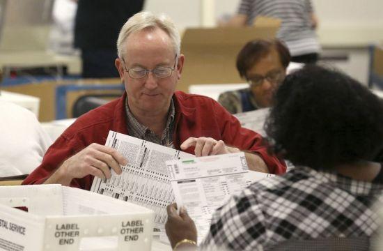 """美플로리다 상원의원·주지사 선거 재검표…""""0.15%p격차에 수작업 진행"""""""