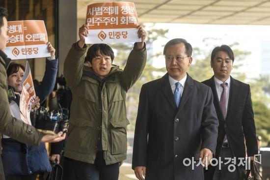 검찰 들어서는 박병대 전 대법관