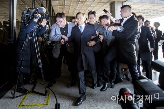 황급히 검찰 들어서는 박병대 전 대법관