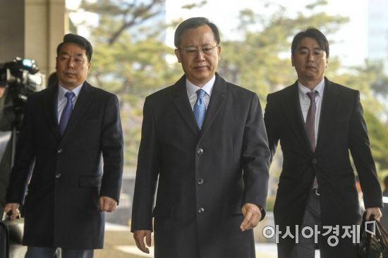 포토라인으로 이동하는 박병대 전 대법관