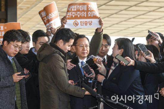 취재진 질문 받는 박병대 전 대법관