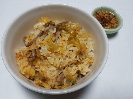 [한국의 맛] 돼지고기와 김치의 시원한 맛이 잘 어우러진 한국의 맛.  '김치밥'