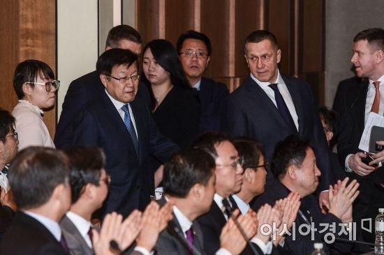 [포토]회의실 들어서는 김영주 회장-트루트네프 러시아 부총리