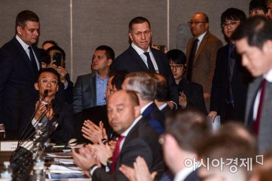 [포토]회의실 들어서는 유리 트루트네프 러시아 부총리