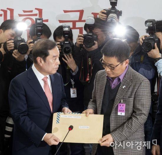 """""""망언에 분노"""" 5·18 단체, 국회 항의 방문…한국당 공식 사과(종합)"""