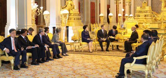문 대통령, 훈센 총리와 정상회담…금융·농업·인프라 협력 방안 논의(종합)