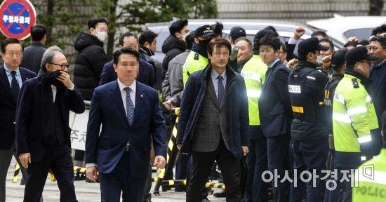 [포토]지지자들 보는 이명박 전 대통령