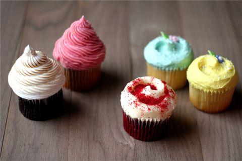 컵케이크 전문점 '로얄 컵케이크'의 다양한 컵케이크.
