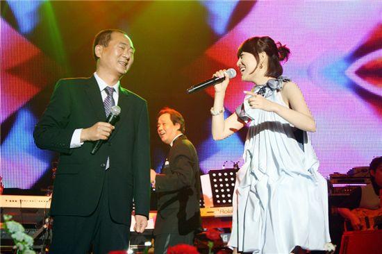 인우프로덕션 홍익선대표(사진 왼쪽)가 장윤정과 듀엣곡 '당신이좋아'를 열창하고 있다. 사진제공=인우프로덕션