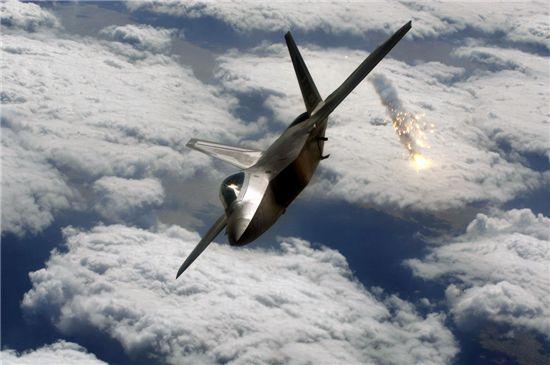 2006년 F-22와 기존 F-15.16.18 기종이 함께 모의공중전을 벌였다. 그 결과 F-22는 한 대도 추락하지않고 144대 0으로 훈련을 마쳤다. 하지만 타국과 대비해 F-15만으로도 제공권 장악이 가능한 상황이 이어지며 오히려 무용론이 커지고 있다.(사진=아시아경제DB)