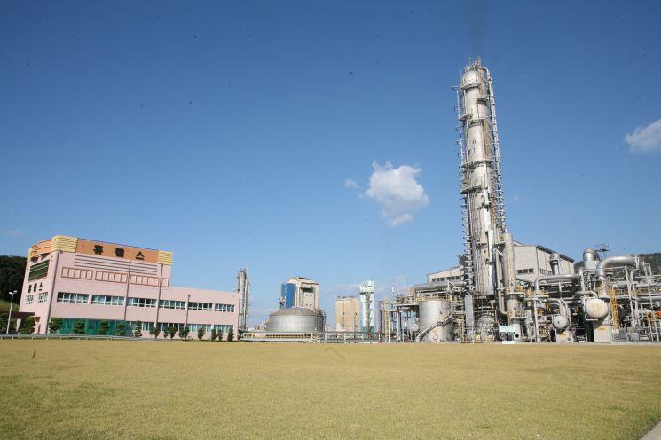 휴켐스는 CDM 사업을 선점하며 향후 탄소배출권 사업에 활발하게 뛰어들고 있다. 사진은 가스 감축 설비가 설치된 휴켐스 생산설비 모습.