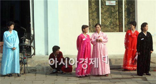 명절을 맞은 북한의 한 시골마을.