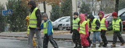 레플렉스 안전조끼를 입고 거리를 다니는 스웨덴 사람들 모습