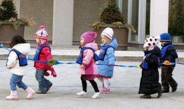 스웨덴 아이들이 레플렉스 조끼를 입고 줄을 맞춰 가고 있다