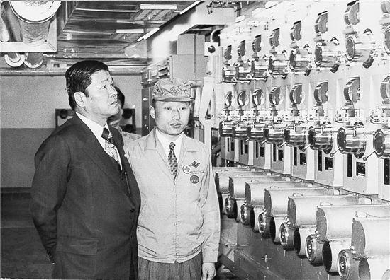SK그룹 창업주인 고 최종건 회장이 1969년 1월 폴리에스테르 섬유공장을 점검하는 모습.
