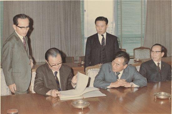 박두병 동양맥주 회장(오른쪽 첫번째)과 정수창 사장(오른쪽두번째)과 1970년 장기신용은행 관계자와 투자협의를 하고 있다.