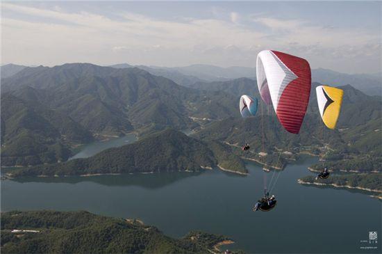 패러글라이딩(Paragliding), 낙하산(Parachute)과 행글라이딩(Hang gliding)의 합성어로 무동력 항공 스포츠로써 인기가 높다. ⓒgingliders.com