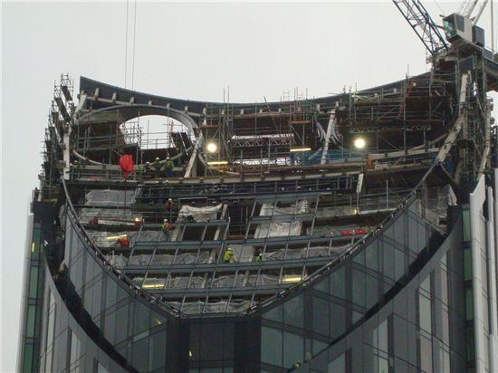 스트라타(Strata) SE1, 헤밀턴 건축사무소(BFLS, formerly Hamiltons Architects), 건축물 최상부에는 대형 풍력발전 터빈 3개가 설치됐다. ⓒstratalondon.com