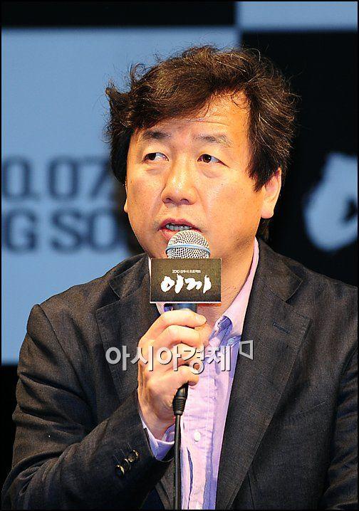 '이끼' 강우석 감독, 춘사영화제 감독상 수상