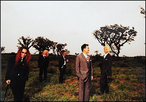 2002년 발매된 부활 여덟 번째 앨범에 실린 단체 사진(왼쪽부터 김태원, 엄수한, 채제민,  이승철, 서재혁)