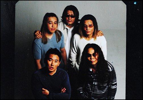 2002년 발매된 부활 여덟 번째 앨범 활동 당시 단체사진(왼쪽 하단부터 시계방향으로 이승철, 엄수한, 채제민, 서재혁, 김태원).