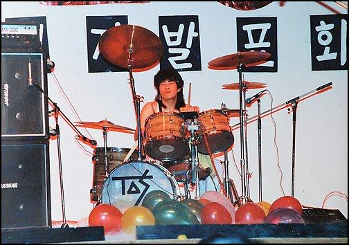 고등학교를 갓 졸업한 채제민이 연주발표회에서 드럼을 치고 있다.