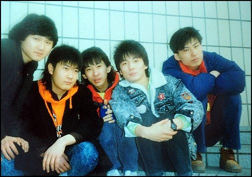 1987년 채제민(왼쪽에서 두 번째)이 지하철역 안에서 티삼스 멤버들과 포즈를 취하고 있다.