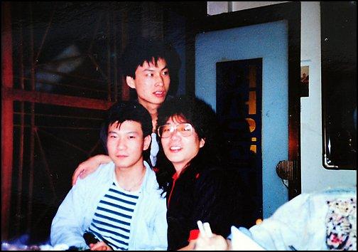 대학 재학 시절 채제민(왼쪽)이 친구들과 작업실에서 기념사진 포즈를 취하고 있다.