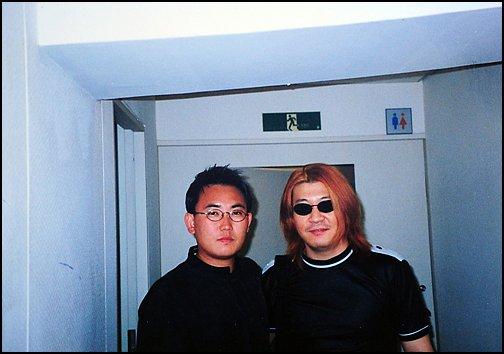 채제민(오른쪽)이 부활로 함께 콘서트 무대에 선 이승철과 포즈를 취하고 있다.